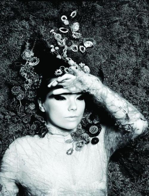 Björk: Biophilia World Premiere - Info Le site officiel de Björk vient d'être mis à l'heure du nouveau projet de la chanteuse islandaise Biophilia. Biophilia, c'est titre du prochaine album de Björk, mais aussi d'un show live qui fera le tour du monde. Le six premières dates auront lieu à Manchester à partir du 30 juin. Infos et réservations.  Björk website has been updated to theIcelandicmuse's new project Biophilia. With this new LP, she is back on stage. And the world premiere of the show will be in Manchester on June, 30. More infos here.