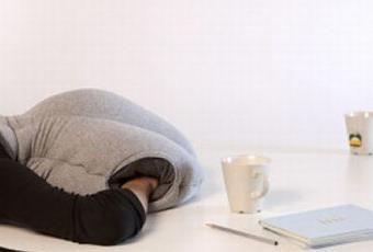 un coussin pour dormir au bureau paperblog. Black Bedroom Furniture Sets. Home Design Ideas