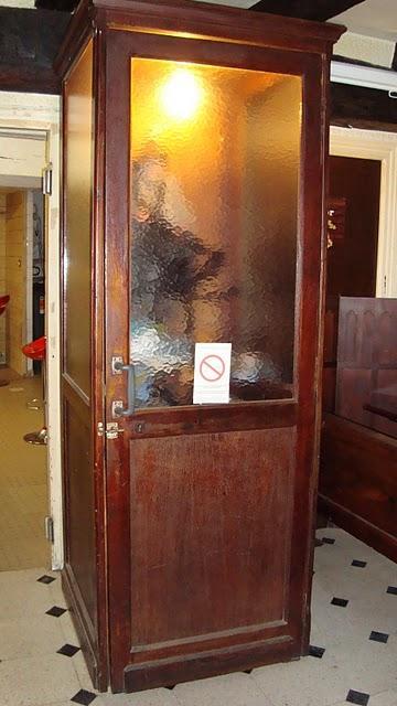 meuble cabine t l phone vintage paperblog. Black Bedroom Furniture Sets. Home Design Ideas