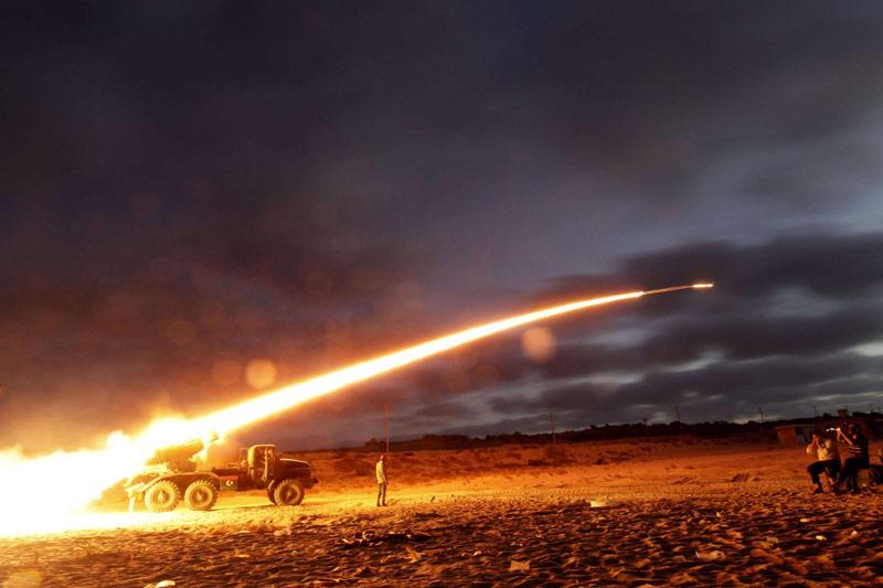 Acharnement. Les combats font toujours rage à Libye. Ce lundi, les pro-Kadhafi ont bombardé à l'artillerie lourde, aux premières heures de la journée, le secteur de Dafnieh, à l'entrée ouest de l'enclave de Misrata tenue par les rebelles qui ont riposté. Le bombardement et les combats ont coûté la vie à neuf personnes et blessé 51, des rebelles et des civils. Dans la foulée, le ministre libyen des Affaires étrangères a condamné un raid aérien «injustifié».