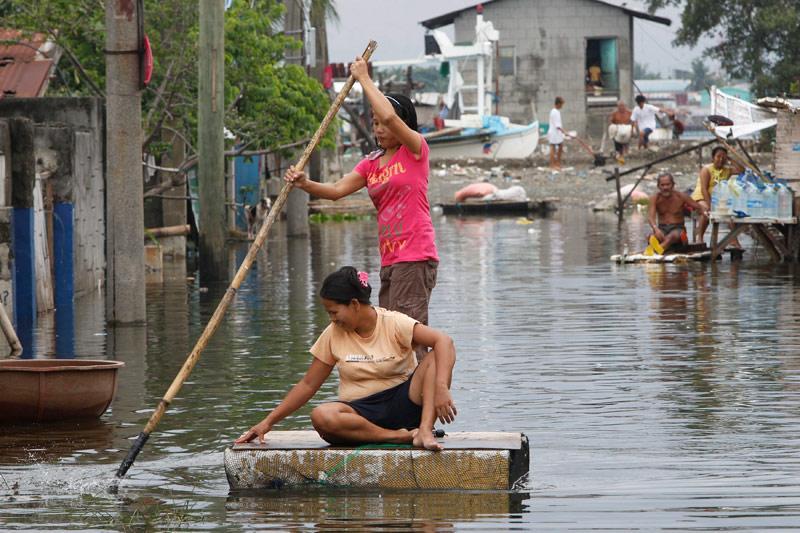 Inondée. Ces habitants philippins ont construit un radeau de fortune pour tenter, tant bien que mal, d'avancer au milieu d'une rue inondée de la ville de Manille, le 21 juin. Selon les autorités philippines, plusieurs milliers de résidents de secteurs vulnérables aux inondations ont été évacués après les pluies diluviennes qui se sont abattues ces derniers jours. Les secouristes ont été mis en état d'alerte dans toutes les autres provinces menacées.