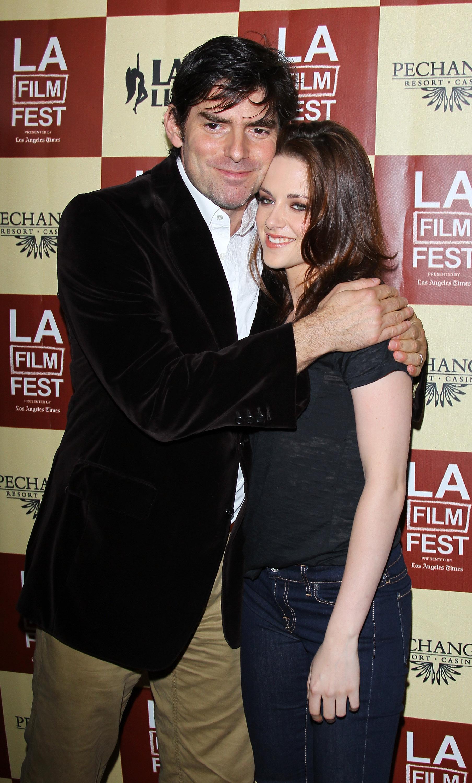 Kristen Stewart et Taylor Lautner étaient hier aux côtés de Chris Weitz