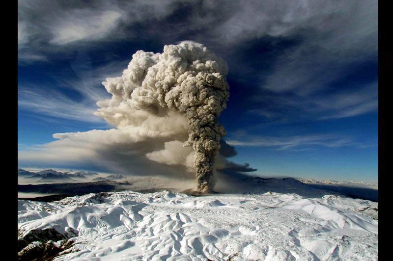 <b></div>Toujours en éveil</b>. Plus de trois semaines après son réveil, le volcan chilien Puyehue n'en finit pas de faire parler de lui. Le gigantesque nuage de cendres dégagé par l'éruption depuis le 4 juin dernier continue à perturber le trafic aérien notamment sur une grande partie de l'Amérique du Sud. Aujourd'hui encore, plusieurs vols ont été annulés et de nombreux vols ont été suspendus en Australie et Nouvelle-Zélande. Cependant, un retour à la normale semble se préciser.