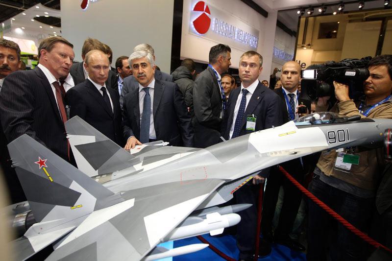 <b></div>Commandes</b>. Vladimir Poutine était, mardi 21 juin, en visite officielle en France pour assister à l'inauguration du salon aéronautique du Bourget, visite qui a été l'occasion d'annoncer des commandes de consortiums russes. Entre autres, la société publique Russian Helicopters a signé un accord de co-entreprise avec la filiale AgustaWestland de Finmeccanica. Le premier ministre russe était présent à la signature, ainsi qu'à celle d'une alliance passée entre le Russe Energia et Astrium, une filiale d'EADS, dans le domaine des sondes spatiales.