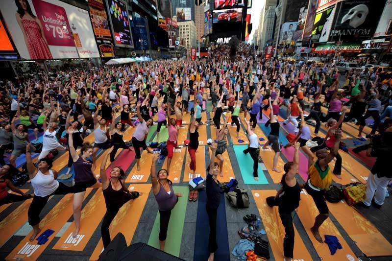<b></div>En plein air</b>. Le solstice d'été est l'occasion pour tous de se rendre à Times Square, à New York, pour participer à un festival de yoga. Au total, ils étaient plus d'un millier d'adeptes à s'être réunis pour retrouver, l'espace d'un moment, de la tranquillité au milieu de l'énergie urbaine de l'un des centres économiques les plus frénétiques de la planète. Des cours, totalement gratuits, se sont ainsi déroulés tout au long de la journée du 21 juin.