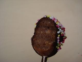 Cakes pops génoise framboise, coulis de framboises, chocolat noir.