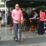 white collartoday 150x150 Willie Garson en trottinette sur le plateau de <u alt=