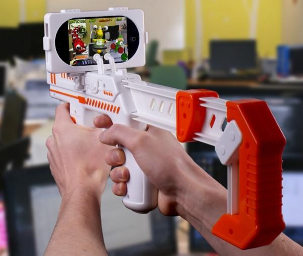 appBlaster in action 600x507 Apptoys présente des accessoires et des jeux en réalité augmentée pour iPhone