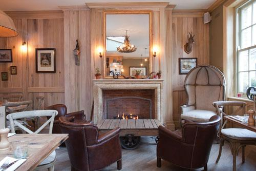 The-Grazing-Goat-First-floor-dining-room-fire-place-Royaume-uni-europe-de-l-ouest-hoosta-magazine