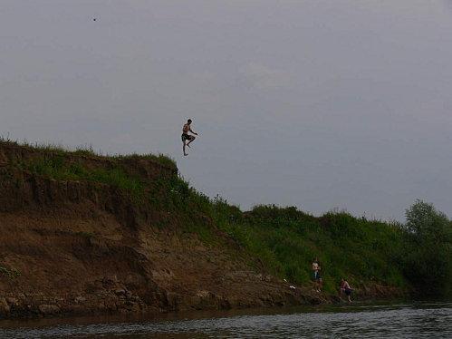 Saut d'un russe dans la rivière ugra