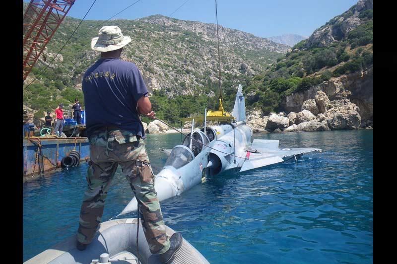 <b></div>Miraculeuse</b>. Pour cet homme, la pêche a été bonne. Un Mirage 2000 de l'armée de l'air grecque qui était tombé, le 9 juin dernier, en mer d'Egée au sud-est du pays, a été sorti des eaux. Le chasseur, parti depuis une base aérienne dans le centre du pays pour un vol d'entraînement, s'est abîmé en mer entre les îles de Samos et de Fourni. Le crash aurait été provoqué par une perte brutale de puissance du réacteur. Les deux pilotes du chasseur avaient réussi à s'éjecter et ont été récupérés sains et saufs par un navire militaire grec qui se trouvait à proximité.