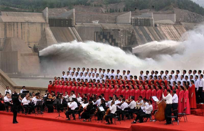 <b></div>Torrents</b>. Ces musiciens ont joué dans un décor hors du commun. Dos à eux, c'est la grande purge à Xiaolangdi, dans la province de Henan, en Chine. Les ingénieurs ont ouvert les vannes de cet immense réservoir sur le fleuve Jaune, pour drainer les trois quarts des 1600 tonnes de sédiments qui s'y sont accumulés pendant l'année. L'opération, qui a débuté le 21 juin dernier, devrait durer 20 jours. L'aménagement de ce réservoir fait partie des grands travaux de prévention des crues entrepris par le gouvernement.