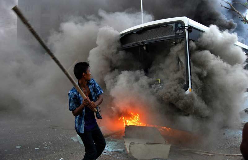 <b></div>Attaque</b>. Armé de son bâton, cet homme laisse exploser ses convictions. Comme lui, ce mercredi, dans les rues de Guwahati, dans l'Etat de l'Assam, au nord-est de l'Inde, ils étaient plusieurs centaines de manifestants à affronter les forces de l'ordre et à commettre des violences, comme ici où un bus vient d'être incendié. Et triste conséquences, trois enfants ont perdu la vie dans ces combats de rues.