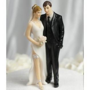 Une figurine de gateau de mariage sur une tour de gateaux