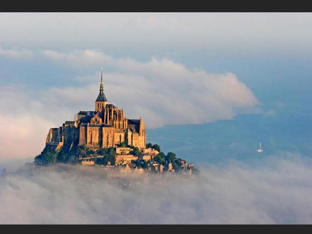 Le Mont-Saint-Michel dans la brume, en Normandie (France).