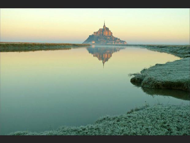 Le Mont-Saint-Michel, tel un château de conte de fées (Manche, Basse-Normandie, France).