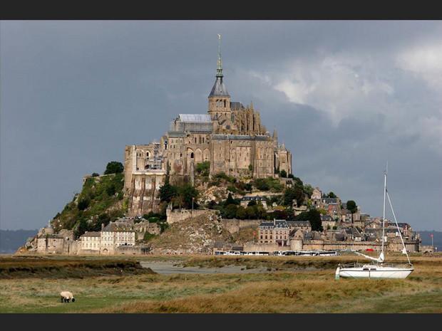 Un bateau à marée basse devant le Mont-Saint-Michel, en Normandie (France).