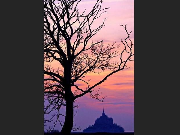 Coucher de soleil sur le Mont-Saint-Michel, en Normandie (France).