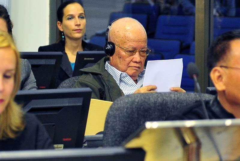 <b></div>Nier, en bloc</b>. Avec ce procès, la justice veut panser les plaies de l'Histoire. Les quatre anciens plus hauts dirigeants khmers rouges encore en vie comparaissent, à partir de ce lundi, devant les Chambres Extraordinaires Au Sein des Tribunaux Cambodgiens, pour génocide, crimes de guerre et crimes contre l'humanité. Parmi eux, Khieu Samphan, aujourd'hui âgé de 79 ans, qui nie toute implication dans les tortures, les massacres et la famine, qui ont emporté près du quart de la population du Cambodge. Ce procès qui pourrait durer des années, «est une étape majeure pour la justice et la mémoire au Cambodge» indique lundi, le Ministère des affaires étrangères.