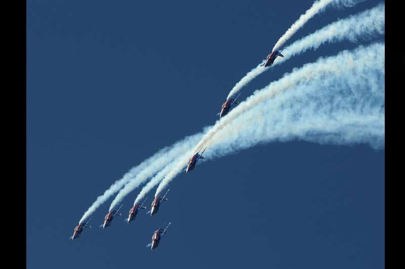 <b></div>Show aérien</b>. Point d'orgue de la semaine au Bourget, la patrouille de France a réalisé, ce dimanche, une démonstration en vol de quinze minutes au dessus du public. Au terme du 49e salon aéronautique du Bourget, l'avionneur Airbus a enregistré des commandes historiques, dépassant son rival américain Boeing. L'européen a ainsi engrangé 730 commandes et engagements d'achat (418 fermes et 312 options), tous types d'avions confondus, pour un montant total de 72 milliards de dollars. Cela est le «Signe que la reprise économique est là», a déclaré le Premier ministre François Fillon.