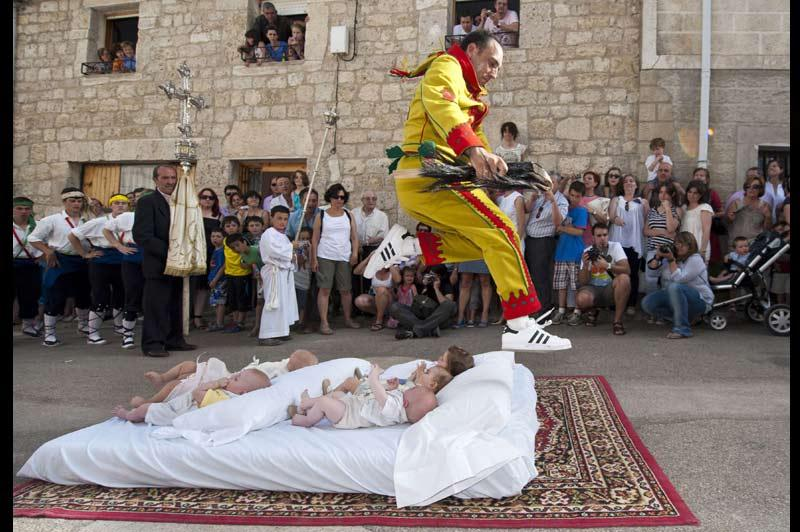 <b></div>Le saut du diable</b>. Bien peu de parents laisseraient faire ça à leurs bébés… sauf en Espagne visiblement. Dimanche, à Castrillo de Murcia, au nord du pays, c'est déroulé le festival El Colacho, une tradition catholique datant de 1620 pour fêter Dieu. A cette occasion, des hommes habillés en diables sautent au dessus de dizaines de bébés posés sur des matelas alignés sur la chaussée. Cette pratique, très dangereuse, vise à chasser les démons de la ville dans l'espoir d'une vie saine et prospère pour ces nouveaux-nés.