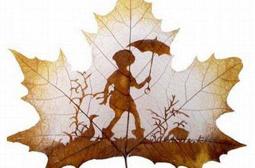 Un petit garçon tenant son parapluie