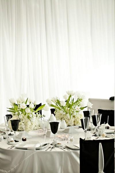 de table, une magnifique composition de fleurs blanches comprenant des ...