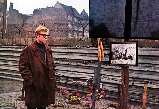 http://media.paperblog.fr/i/482/4826583/funerailles-berlin-funeral-in-berlin-guy-hami-L-1bJjs3.jpeg