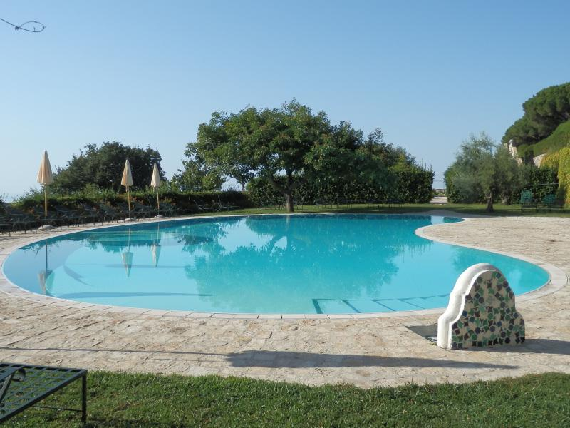 Bleu piscine retraite la villa cimbrone ravello voir for Reve bleu piscine