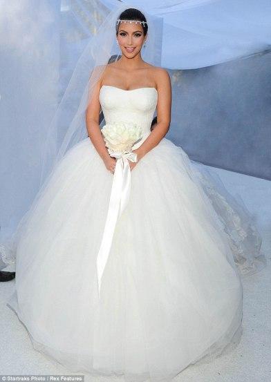 inspiration mariage les robes de mari e de kim kardashian voir. Black Bedroom Furniture Sets. Home Design Ideas