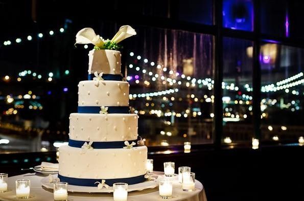 mariage blanc a plusieurs étages composé de décors de rubans bleu ...