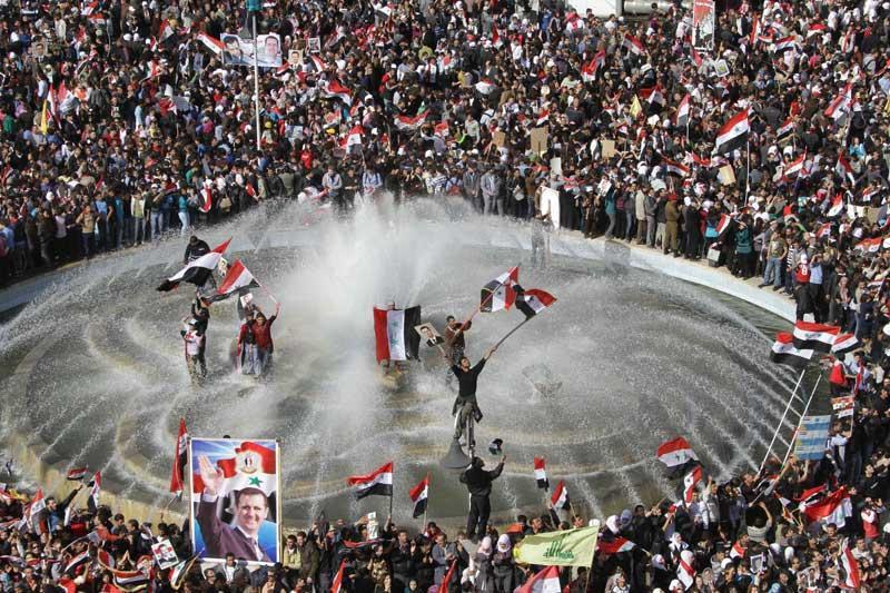 <b>Mise au ban</b>. L'annonce a mis le feu aux poudres. C'est depuis Le Caire que la Ligue arabe a décidé, samedi, de suspendre temporairement l'adhésion de la Syrie, en réaction à la répression menée par le régime de Bachar Al-Assad contre les opposants. Ce qui a provoqué la colère des partisans du président syrien, qui ont attaqué l'ambassade d'Arabie Saoudite à Damas, ainsi que des bâtiments diplomatiques français. L'ambassade du Qatar a également été la cible de manifestations, qui se sont poursuivies hier. L'organisation panarabe a conditionné la fin de la suspension de ce pays à la mise en œuvre par le régime de Bachar Al-Assad du plan de sortie de crise qu'il avait accepté le 2 novembre dernier, et qui est censé mettre fin aux violences qui ont fait plus de 3500 morts depuis la mi-mars.