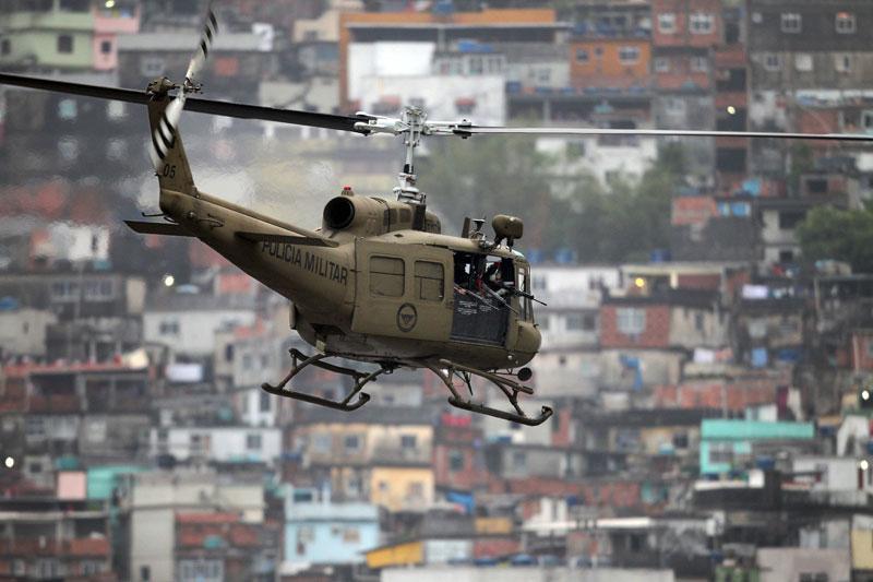<b>Prise d'assaut</b>. C'était le scénario parfait. Les forces d'élite de la police n'ont pas eu un coup de feu à tirer, hier à Rio de Janeiro, pour prendre le contrôle de la favela de Rocinha, la plus grande du Brésil, où les trafiquants de drogue sévissent depuis des décennies. L'opération «Choc de paix», la plus importante jamais montée dans cette ville, a mobilisé plus de 2000 policiers et militaires dont 200 fusiliers marins et des centaines de policiers du Bataillon des opérations spéciales et des forces de choc, appuyés par dix-huit transports de troupes blindés de la marine et des hélicoptères. L'opération intervient après l'arrestation dans la nuit de mercredi à jeudi du trafiquant de drogue le plus recherché de Rio, Antonio Francisco Bomfim Lopes. A Rio plus de 1,5 million de personnes vivent dans un millier de favelas, soit près d'un tiers de la population intra-muros.