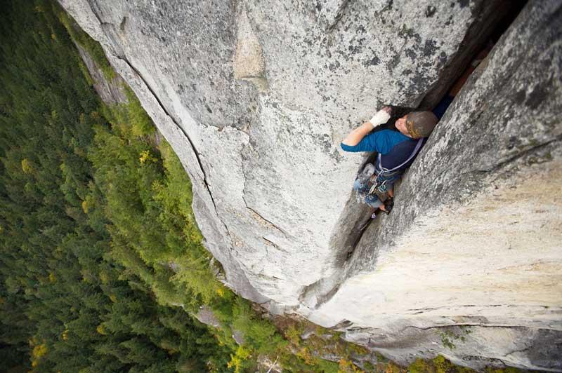 <b></div>À mains nues.</b> Spectaculaire, cette saisissante image est le résultat du courage un peu fou de deux hommes : l'alpiniste John Furneaux, habitué des ascensions à haut risque, mais aussi celui que l'on ne voit jamais : le photographe Paul Bride, en retrait mais toujours aux premières loges. Un risque-tout passionné qui, pour réaliser cette photo, a escaladé en premier, puis s'est assuré depuis un surplomb en attendant le moment décisif. Pour venir à bout de «The Chief», cette paroi abrupte de la région de Squamish, au Canada, John Furneaux n'était équipé que d'une corde et de quelques mousquetons. Une gageure quand on sait que cette voie a souvent découragé les meilleurs grimpeurs du monde.