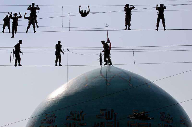 <b></div>Haute voltige</b>. Ces militaires iraniens sont prêts à tout, et même à se prendre pour de véritables funambules. Ainsi, ces soldats se sont livrés à la mi-novembre, à des exercices d'équilibristes pour préparer la remise des diplômes de l'académie militaire de Téhéran. Ils ont installé sur des câbles des affiches géantes de l'ayatollah Ali Khamenei, qui devait assister aux parades organisées pour l'occasion. Dans le même temps, le guide suprême de la Révolution islamique, a averti jeudi Israël et les Etats-Unis que la réponse de Téhéran sera dure si ses pires ennemis choisissent de procéder à une frappe militaire contre l'Iran en raison de son programme nucléaire controversé. «Quiconque accepte l'idée d'une attaque contre l'Iran doit être prêt à recevoir une forte gifle» et faire face à la «poigne de fer» des forces armées iraniennes, a déclaré Ali Khamenei.
