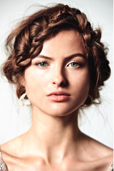 La grande tendance est aussi daccessoiriser sa coiffure à laide dune barrette, dun diadème ou même dune couronne. Jaime beaucoup lesprit bohème chic