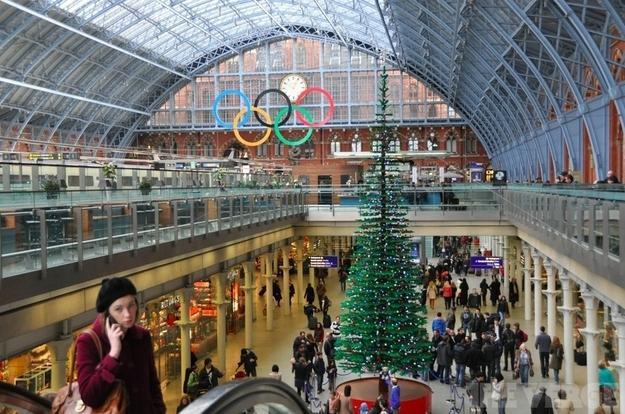Londres un arbre de no l tout en lego en pleine gare de st pancras pap - Consigne saint pancras londres ...