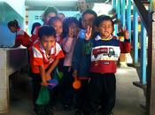 Kret, enfants heureux malgré destruction leur inondations.