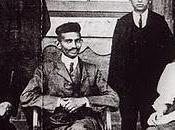 Gandhi pris photo avec secrétaire