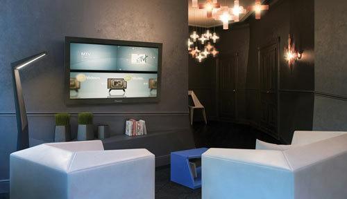 un appartement sombre myst rieux et anguleux lire. Black Bedroom Furniture Sets. Home Design Ideas