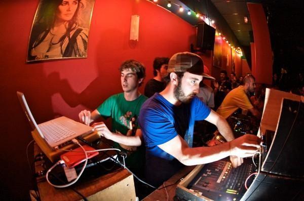 http://media.paperblog.fr/i/526/5261425/premier-album-sound-system-stand-high-patrol-L-07JRXl.jpeg