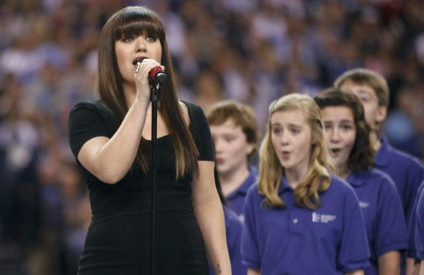 NOUVELLE PRESTATION : KELLY CLARKSON – STAR-SPLANGLED BANNER (HYMNE NATIONAL AMÉRICAIN @ SUPERBOWL 2012)