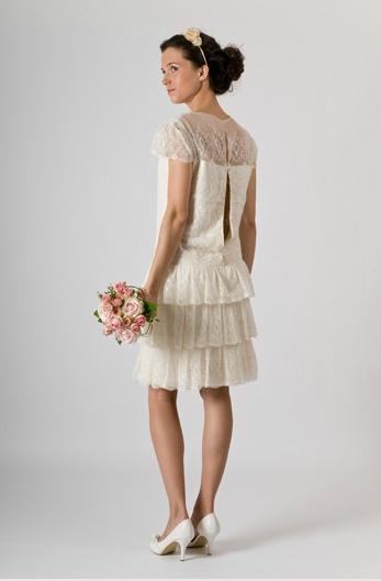 ... des dentelles. Je veux tout de suite une robe aussi raffinée que