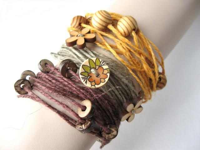 tuto bijoux fabriquer des bracelets en corde naturelle avec des perles et des boutons de bois. Black Bedroom Furniture Sets. Home Design Ideas