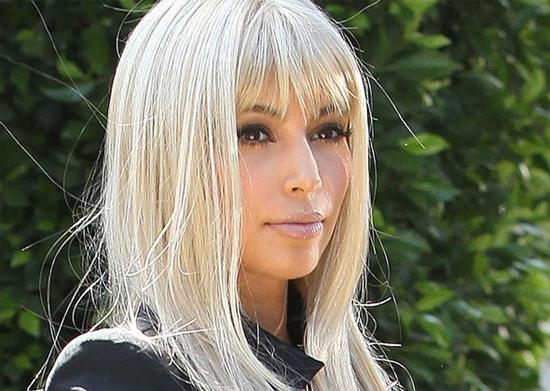 kim kardashian s 39 essaye au blond platine paperblog. Black Bedroom Furniture Sets. Home Design Ideas