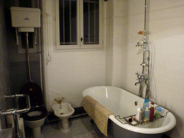 dans la salle de bains bidet et meuble chanel lire. Black Bedroom Furniture Sets. Home Design Ideas
