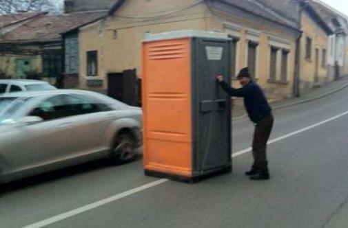 une cabine de toilette est apparue soudainement au milieu. Black Bedroom Furniture Sets. Home Design Ideas
