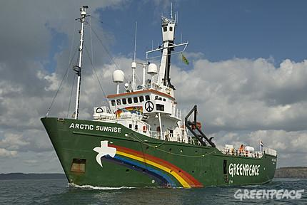 Ouistreham : Greenpeace intercepte en mer une cargaison de bois suspecte en provenance du Brésil