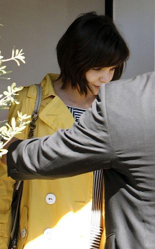 Katie Holmes tout en jaune le jour de la St-Patrick à Los Angeles