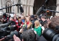 Heather Mills improvise une conférence de presse devant la Cour Royale de Justice